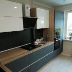 кухня белая с серыми элементами